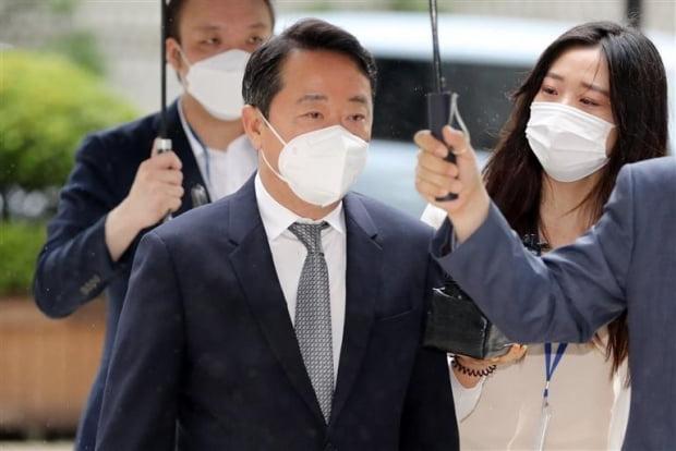 영장실질심사 출석하는 이웅열 전 코오롱 회장. /연합뉴스