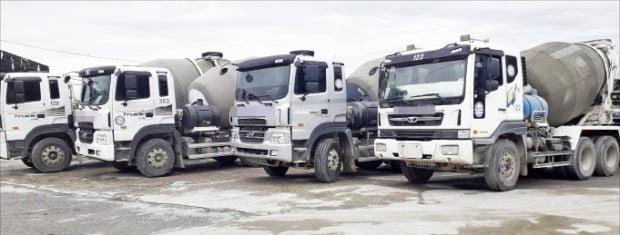 < 번호판 뗀 레미콘 트럭 > 1일 경기 양주시의 한 레미콘 제조사에 레미콘 트럭들이 번호판을 뗀 채 멈춰서 있다.