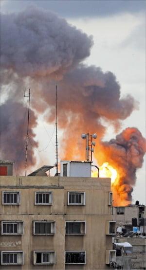 지난 2월 이스라엘 군에 폭격 당한 가자지구 모습. /한경DB