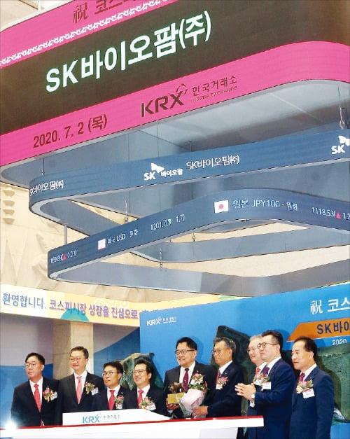 2일 서울 여의도 한국거래소에서 열린 SK바이오팜 유가증권시장 신규상장기념식에서 참석자들이 기념촬영하고 있다. 이날 SK바이오팜은 공모가(4만9000원)의 두 배인 9만8000원으로 개장해 상한가(12만7000원)로 직행했다.  /한국거래소 제공