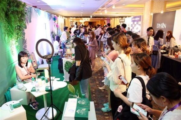롯데면세점은 지난해 7월 중국 인플루언서인 왕훙 500명을 초청해 한국 화장품을 소개했다. 한경DB