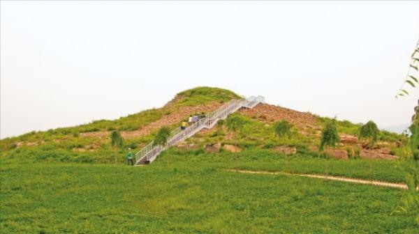 9층 규모의 계단식 적석무덤인 광개토태왕릉. 한 변의 길이가 60m가 넘는 거대한 피라미드 형태였으나 일부분이 무너져내려 안타까움을 더한다.  석하사진문화연구소