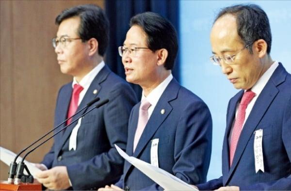 이날 송언석(왼쪽부터), 류성걸, 추경호 등 미래통합당의 '경제통' 3인은 기자회견을 통해 민주당이 독자적으로 추진하는 3차 추경안에 반대한다고 밝혔다.  뉴스1