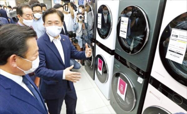 [포토] 가전판매 현장 방문한 성윤모 장관