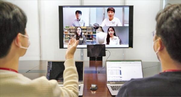 SK텔레콤은 국내 기업 중 처음으로 신입사원 정기채용에서 비대면 그룹 소통 방식의 프로그램을 도입했다. 면접위원이 지원자를 면접하고 있다.  SK그룹 제공