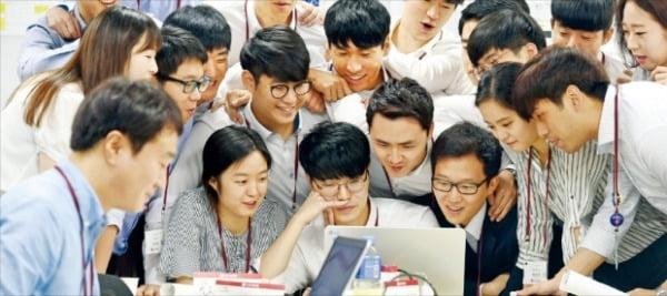 LG그룹 신입사원들이 혁신제품 아이디어를 토론하고 있다.  LG 제공