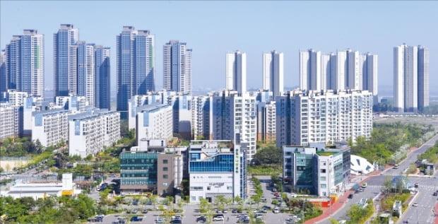 '6·17 부동산대책'을 둘러싼 소급 적용 논란이 계속되고 있다. 이번 대책으로 투기과열지구가 된 인천 송도국제도시.  한경DB