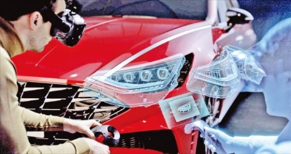 현대자동차 개발진이 가상현실(VR) 기술을 활용해 신차 디자인 및 품질을 점검하고 있다.  현대자동차 제공