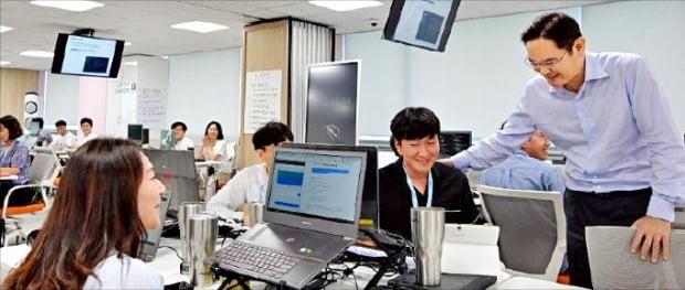 지난해 8월 삼성 청년 SW 아카데미(SSAFY) 광주교육장을 방문한 이재용 삼성전자 부회장(맨 오른쪽)이 교육생들을 격려하고 있다.  삼성전자  제공