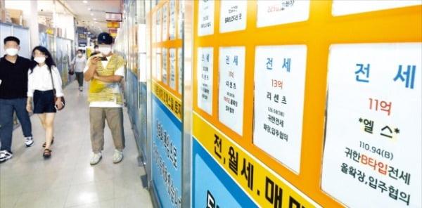'6·17 대책' 이후 서울 전세가격이 급등하고 있다. 서울 송파구 잠실동 한 아파트 상가 중개업소에 전세 매물 정보가 붙어 있다.  허문찬 기자  sweat@hankyung.com