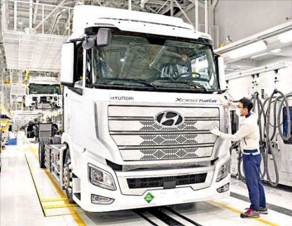 전북 완주군 현대차 전주공장 직원들이 스위스로 수출되는 엑시언트 수소전기트럭의 출고를 위해 막바지 점검을 하고 있다.  현대차  제공