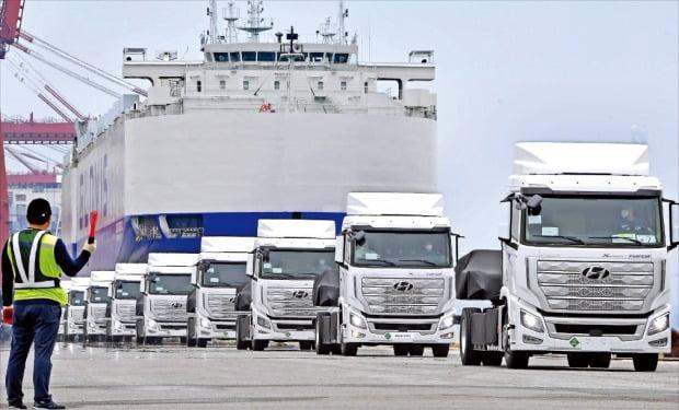 < 스위스로 가는 친환경 수소전기트럭 > 스위스로 처음 수출되는 현대자동차의 엑시언트 수소전기트럭이 6일 전남 광양시 광양항에서 현대글로비스의 자동차운반선 글로비스슈페리어호에 실리고 있다.  현대차 제공