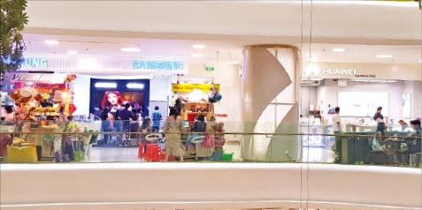 양곤의 최대 쇼핑몰 정션시티(Junction City) 내부. 삼성전자와 중국 화웨이 매장이 나란히 있다.