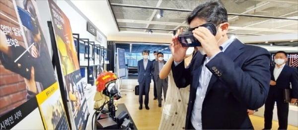 이재용 삼성전자 부회장이 사내 스타트업 '릴루미노'가 시각장애인을 위해 만든 가상현실(VR) 솔루션을 체험하고 있다.    삼성전자 제공