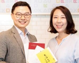 가장 많은 시를 실은 김태형 물류운영팀 차장(왼쪽)과 김민아 마케팅부 과장.  크라운해태제과 제공