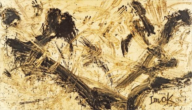 서울 소격동 학고재갤러리에서 전시 중인 임옥상의 '흙 A5'. 신체 리듬을 살려 캔버스에 흙과 먹으로 힘차게 그린 작품이다.  학고재갤러리  제공