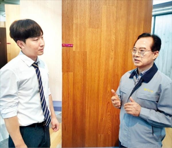 조문환 구정마루 사장(오른쪽)이 직원과 본사 전시장에서 신제품 전략을 얘기하고 있다.
