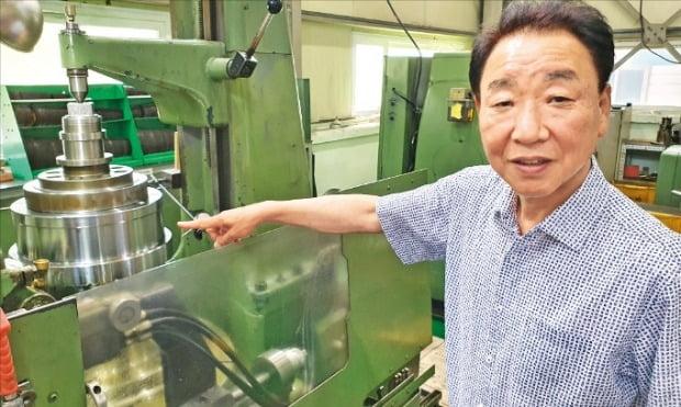 추충식 상용이엔지 사장이 유체커플링 제조공정을 설명하고 있다.   민경진 기자