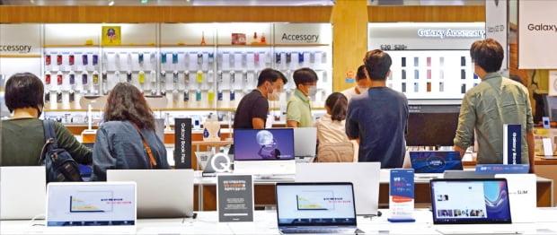 소비자들이 7일 삼성전자 서울 서초사옥에 있는 가전매장인 '딜라이트샵'에서 제품을 살펴보고 있다. 삼성전자는 이날 지난 2분기 8조1000억원에 달하는 영업이익을 냈다고 발표했다.  김범준  기자  bjk07@hankyung.com