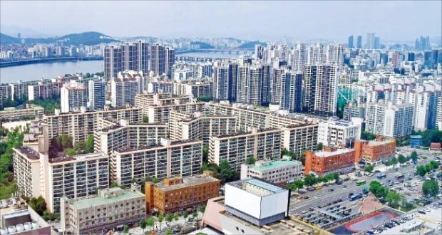 정부가 무주택자와 1주택자를 대상으로 한 주택공급 관련 혜택을 검토하고 있다. 최근 가격이 많이 오른 서울 잠원동 아파트 단지.  /김영우 기자 youngwoo@hankyung.com