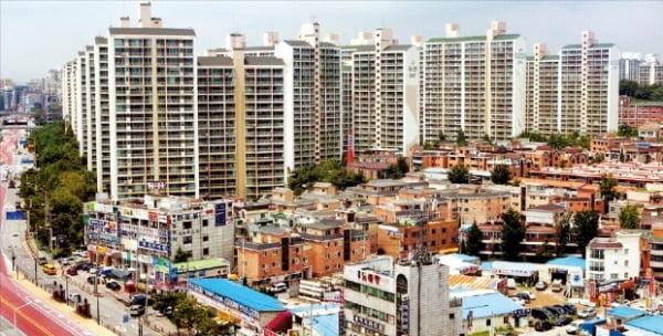 '6·17 부동산대책' 발표 이후 서울과 가까운 규제지역이 주목받고 있다. 수도권 대부분이 규제지역이 됐기 때문이다. 경기 고양시 행신동 아파트 단지.  한경DB