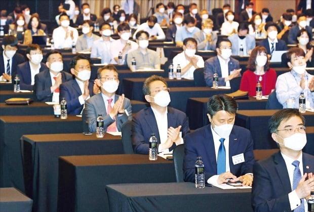 한국경제신문사 주최로 8일 서울 여의도 콘래드호텔에서 열린 'IPO 엑스포 2020'에서 참석자들이 기업인의 발표를 들은 뒤 박수를 치고 있다. 이날 행사는 참석자를 최소화해 온라인 생중계로 진행됐다.  /강은구  기자  egkang@hankyung.com