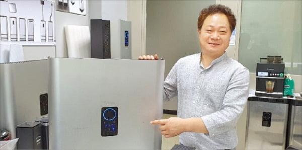 이우영 대표가 대전 KAIST 문지캠퍼스 내 퓨어시스 연구실에서 제품을 설명하고 있다.  임호범  기자