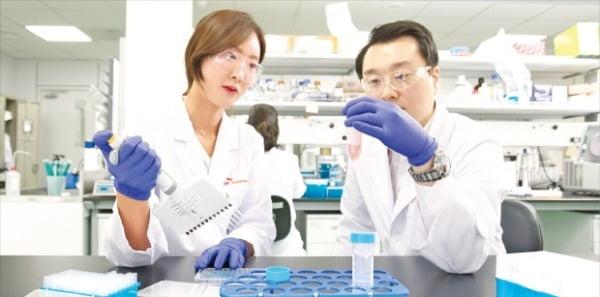 SK바이오팜 연구원들이 경기 판교 본사 연구소에서 신약 후보물질 실험을 하고 있다.   SK바이오팜 제공