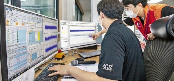 SK텔레콤 직원들이 지진관측 데이터를 확인하고 있다.  SK텔레콤 제공