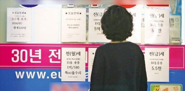 지난달 '6·17 부동산 대책' 발표 후 시장이 오히려 가열되자 정부는 한 달도 안 돼 추가 대책을 내놨다. 서울 대치동 은마아파트 상가 중개업소에 매물 안내판이 걸려 있다.   /뉴스1