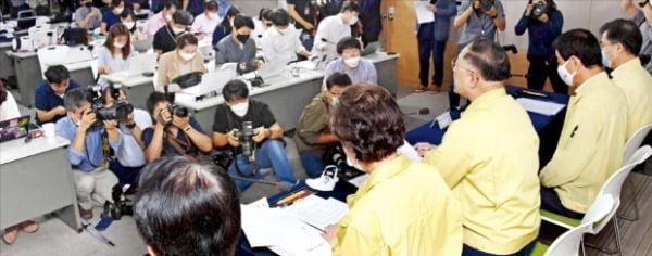 홍남기 부총리 겸 기획재정부 장관(앞줄 왼쪽 세 번째)이 10일 '7·10 부동산 대책'을 발표한 뒤 질문에 답변하고 있다.  신경훈 기자 khshin@hankyung.com