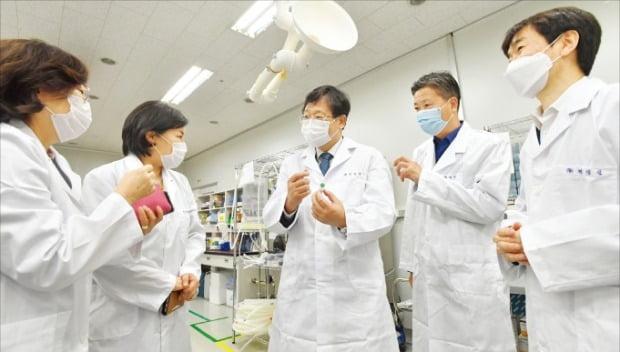 [포토] 백신 개발 현장 방문한 기재부 차관