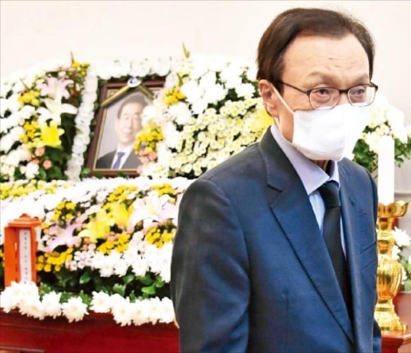 이해찬 더불어민주당 대표가 10일 서울 연건동 서울대병원 장례식장에 마련된 박원순 서울시장의 빈소를 찾아 조문했다.  서울시  제공