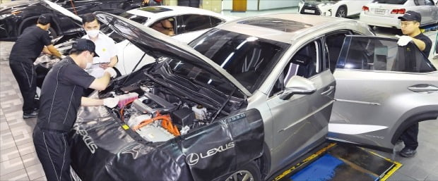 한국도요타자동차 렉서스의 정비 직원들이 지난 10일 서울 대치동 서비스센터에서 차량을 수리하고 있다. 렉서스는 올해 상반기 한경 수입차서비스지수(KICSI) 평가에서 1위를 차지했다.  강은구 기자 egkang@hankyung.com