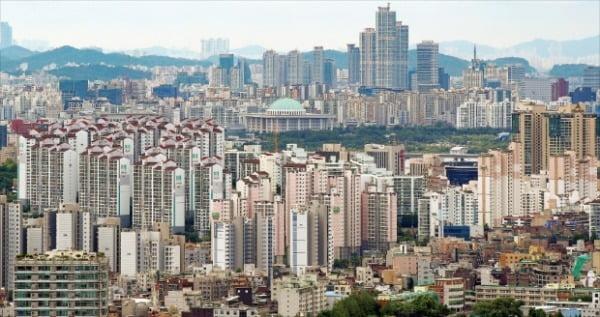 내년부터 정부의 종합부동산세율 인상과 공시가격 현실화율 상향 등으로 1주택자의 종부세 부담이 적잖이 늘어날 전망이다. 사진은 최근 가격이 급등한 서울 마포와 여의도 일대 아파트 단지.  연합뉴스