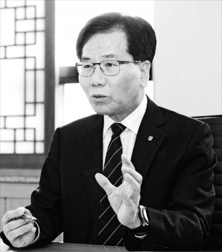 이성기 한국기술교육대 총장이 코로나19 확산에 따른 비대면 취업지원 계획을 설명하고 있다.  한기대 제공