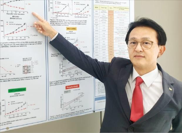 이석주 이수앱지스가 대표가 표적항암제 ISU104의 효능을 설명하고 있다.  임유 기자