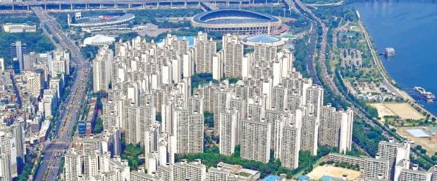 정부의 잇단 규제로 15억원 이상 아파트에 대한 대출이 끊기고 매물이 줄어들어 '금수저'가 아니면 서울의 15억원 이상 아파트를 구입하는 것이 훨씬 어려워졌다. 사진은 서울 잠실의 아파트 단지.  김영우 기자 youngwoo@hankyung.com