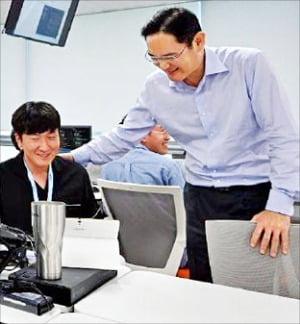 이재용 삼성전자 부회장(오른쪽)이 삼성 청년 SW 아카데미 광주교육장을 방문해 교육생을 격려하고 있다.  한경DB