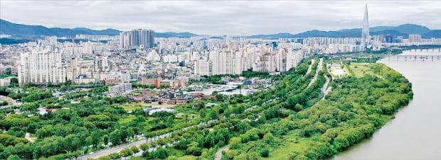 강동구는 서울에서 가장 역동적으로 변화하고 있는 지역 중 하나다. 대규모 재건축 사업 등으로 현재 45만 명인 강동구 인구는 2023년 55만 명으로 늘어날 것으로 보인다. 지난달 드론으로 촬영한 강동구의 모습.  강동구 제공