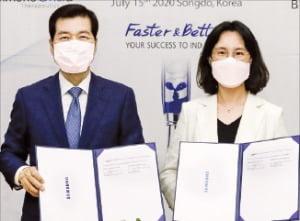 김태한 삼성바이오로직스 대표(왼쪽)와 송윤정 이뮨온시아 대표가 위탁개발(CDO) 계약을 체결한 후 기념 사진을 찍고 있다.  /삼성바이오로직스 제공