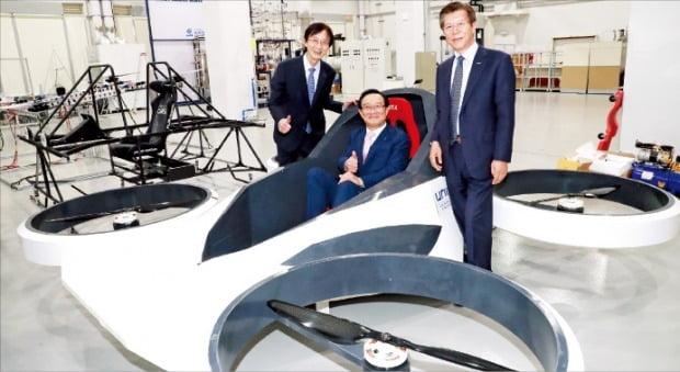 송철호 울산시장(가운데)이 지난 5월 UNIST 미래차연구소에서 개발 중인 하늘을 나는 자동차에 시승하고 있다.  /울산시  제공