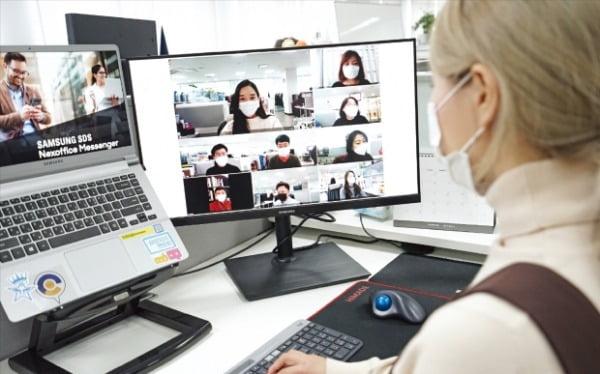 정부가 지난 14일 한국형 뉴딜의 종합 계획을 발표하면서 관련 종목이 들썩였다. 디지털 뉴딜의 수혜주로 꼽히는 삼성SDS 직원들이 원격 회의를 하고 있다.  삼성SDS 제공