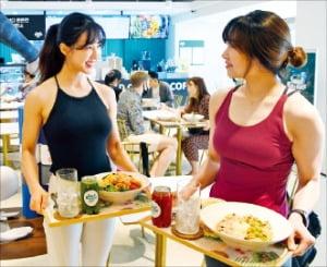 서울 청담동 타우요가 본원에서 요가를 마친 회원들이 1층 스윗밸런스 샐러드숍에서 점심을 먹고 있다.  /허문찬 기자 sweat@hankyung.com