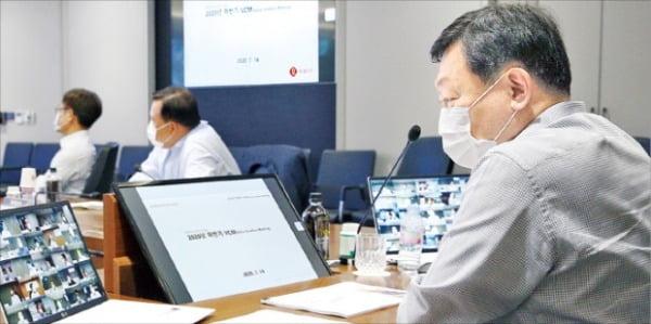 신동빈 롯데그룹 회장이 지난 14일 화상회의로 열린 롯데 VCM에 참석했다.  롯데지주 제공