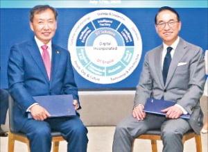 홍원표 삼성SDS 대표(오른쪽)와 신동렬 성균관대 총장이 협약을 맺은 뒤 기념사진을 찍고 있다.  삼성SDS 제공
