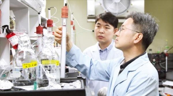한국생명공학연구원 연구원들이 페놀 분해 단백질의 원리를 밝히는 연구를 하고 있다.   연합뉴스