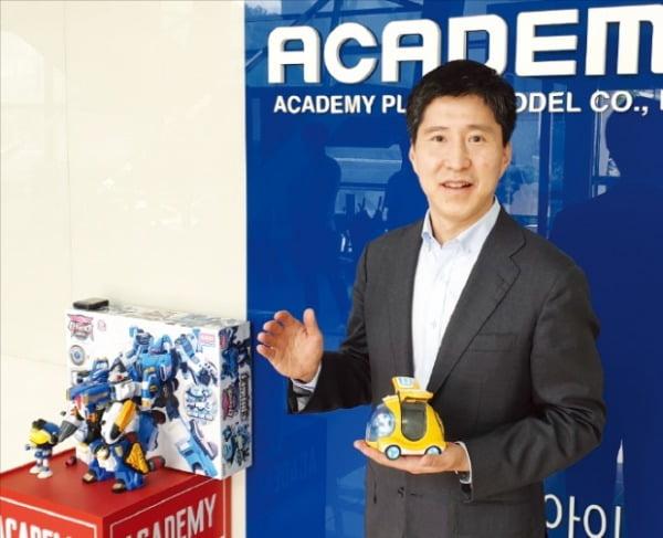 김명관 아카데미과학 대표가 의정부 본사에서 새로 출시한 베이비버스 완구에 대해 설명하고 있다.