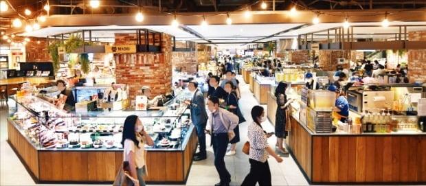 21일 오후 현대백화점 천호점 식품관이 쇼핑객들로 붐비고 있다. /김범준 기자 bjk07@hankyung.com