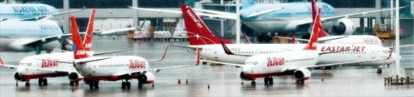 제주항공이 이스타항공 인수 포기를 공식 발표한 23일 인천국제공항 주기장에 제주항공과 이스타항공 등의 여객기가 멈춰 서 있다.  연합뉴스